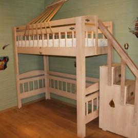 """Детская кровать-чердак """"Колумб"""" со ступенями и перилами"""